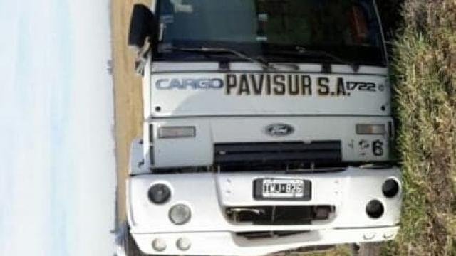 Despiste y vuelco de un camión cargado con cemento en Ruta N°3