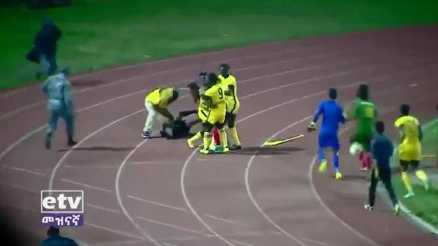 """El árbitro cobró un """"gol fantasma"""" y casi lo mata todo el equipo"""