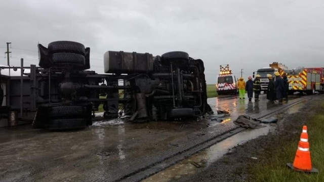 URGENTE: Ruta N° 3 en cercanías de Azul parcialmente cortada por vuelco de camión