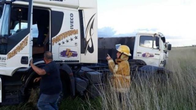 "Ruta Nacional Nº 3: Dos camiones despistaron cuando circulaban ""enganchados"""