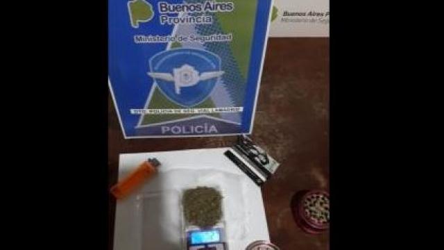 Demoran a un hombre con marihuana en la rotonda